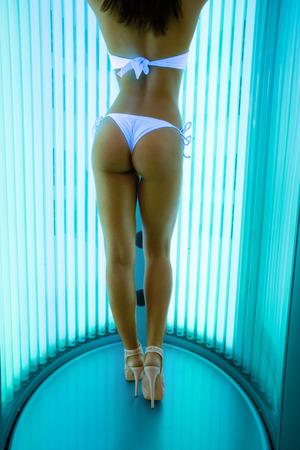 Jolie femme dans un solarium ont bronzage traitement de la peau dans le solarium moderne