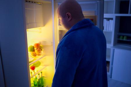 Ragazzo sovrappeso di notte frigorifero aperto in cerca di cibo Archivio Fotografico - 46628103