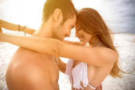 luna de miel: Sonriente pareja de enamorados abrazados y mirando el uno al otro Foto de archivo