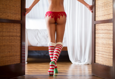 mujer desnuda de espalda: Sexy mujer de vuelta con bragas rojas y polainas de Navidad