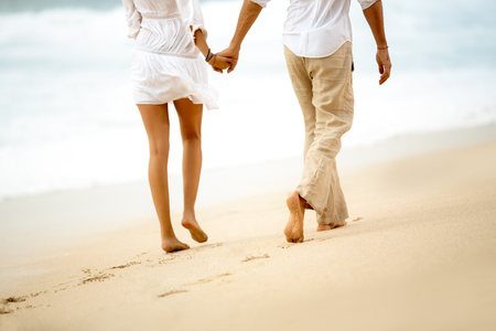 Vue arrière d'un couple marchant pieds nus Banque d'images - 47338484