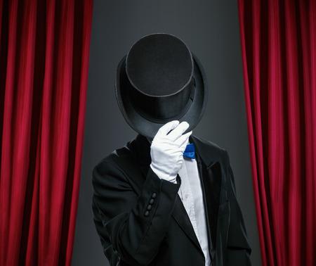 Geheimnisvolle Zauberer mit Hut Standard-Bild - 47339115