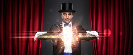 magie: magicien d�montrant truc sur sc�ne, la magie, la performance, cirque, concept de spectacle