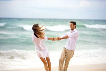 matrimonio feliz: Amor pareja g divierte en la playa, sentimiento de felicidad en vacaciones Foto de archivo