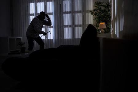 inbraak met koevoet breken in een huis in de nacht