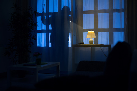 ombre de cambrioleur sur la porte du balcon