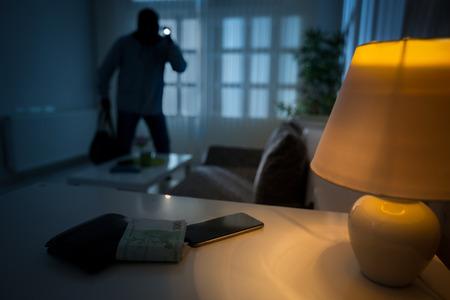 intrusion d'un voleur dans une maison habitée Banque d'images