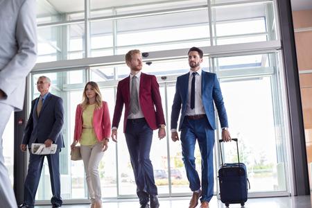 Geschäftsleute gehen auf Geschäftsreise Standard-Bild