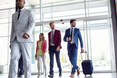 människor: Affärsmän går i flygplats Stockfoto
