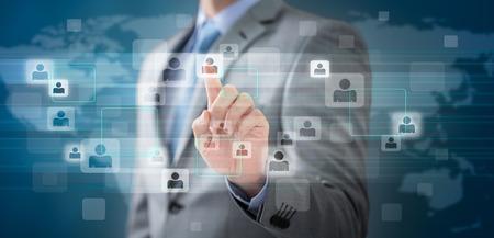 figura humana: De negocios que elige la persona adecuada señala con el dedo en el icono de la gente.