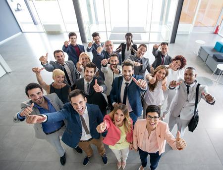 Retrato de polegar para cima sorrindo pessoas de negócios