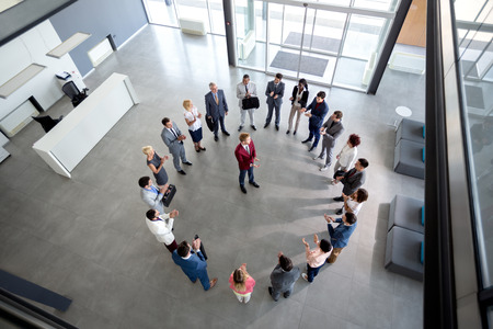 원의 중심에 매니저와 손을 박수 만족 팀의 상위 뷰 스톡 콘텐츠