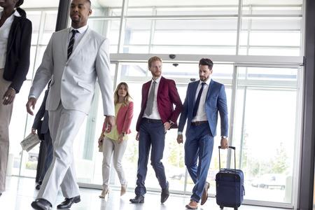 Jonge multi-etnische internationale toeristen komen in de luchthaven wachtkamer
