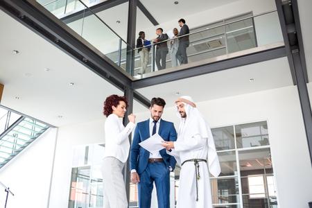negocios internacionales: acuerdo de negocios con éxito con el empresario árabe de Oriente Medio Foto de archivo