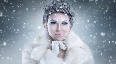 fantasy makeup: reina de la nieve sobre el fondo cubierto de nieve Foto de archivo