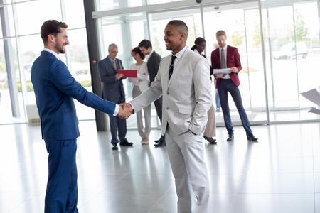 Jonge arbeider bij de ingang van harte welkom zwarte man passagier Stockfoto