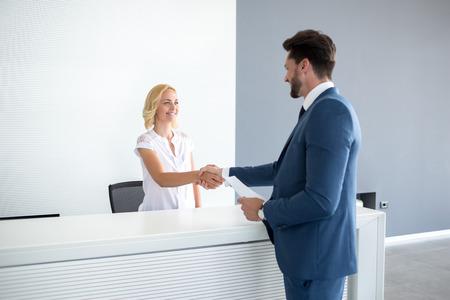 Rodzaj żeński recepcjonistka życzenie powitanie gościa Zdjęcie Seryjne