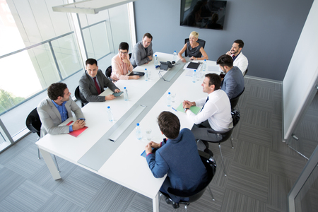 ouvrier: Un groupe de gens d'affaires ayant une réunion d'affaires dans le bureau