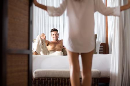 femme sexe: femme s�duit son petit ami dans la chambre � coucher, il couch�e dans le lit et regarder