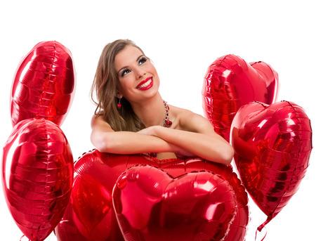 femme romantique: coeurs rouges et femme regardant