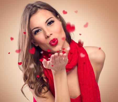 modelos desnudas: mujer joven linda para soplar besos