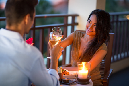 diner romantique: Couple en train de dîner en tête à tête sur la terrasse du soir d'été
