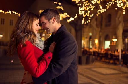Jong graag aantrekkelijk verliefde paar omarmen en kussen outdoor