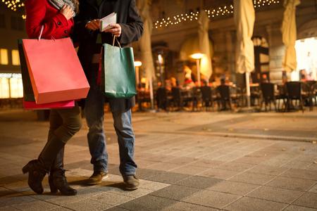 Paare, die im Weihnachtsgeschäft Standard-Bild - 51517336