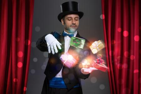 mago: Mago tiene magia en sus manos y haciendo ilusión con el regalo de la magia