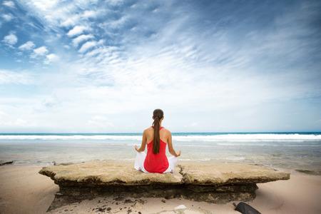 Meditación en playa, mujer sentada y relajante disfrutando de playa de verano
