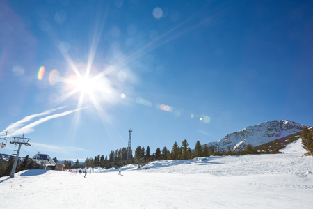 superficie: Snowy ski slope with sparkling sunny winter on sky