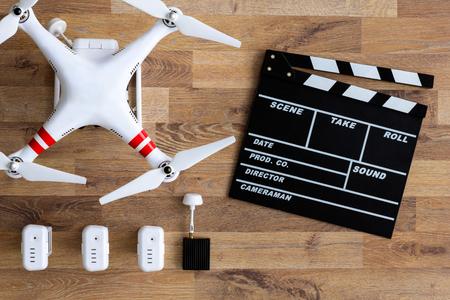 techniek: vliegende drone met camera op houten tafel Stockfoto