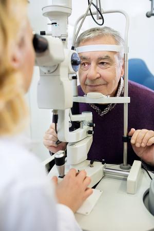 Oogonderzoek met oog apparaten in de kliniek Stockfoto