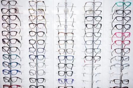 Nel negozio di occhiali si vede una vasta selezione di telai per occhiali