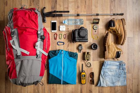 aparatos electricos: las mejores cosas de viaje vista en el suelo para viaje de la montaña Foto de archivo