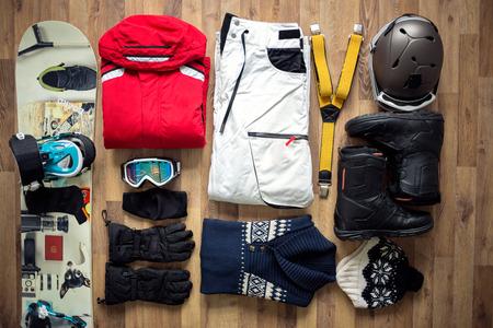 Reisartikelen op de vloer voor bergtocht Stockfoto