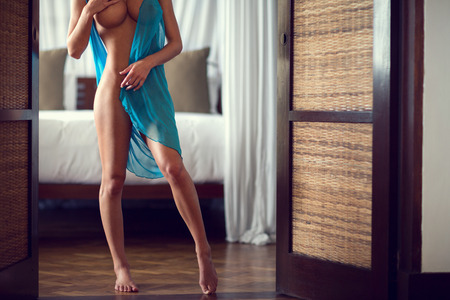 非常にフィットのボディを持つ、裸、裸足の女性