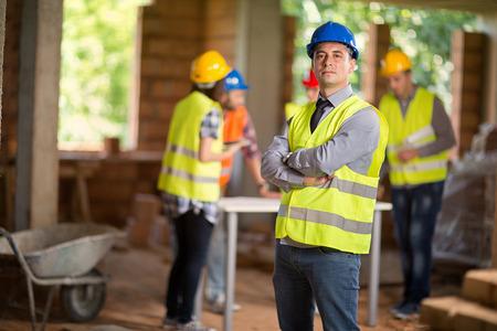 Portrait d'architecte posant sur chantier