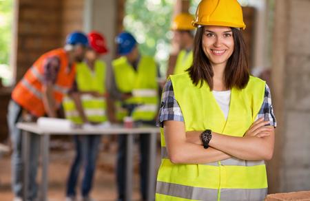 Portret van een jonge student van de architectuur op de bouwplaats
