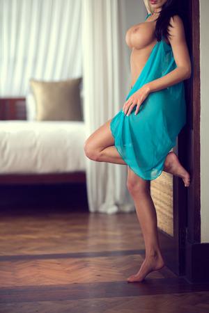 裸の巨大な胸とセクシーな女性