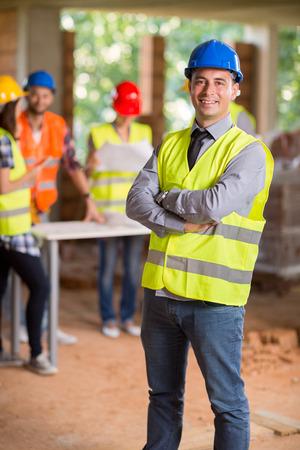 建設現場で現場監督の肖像画