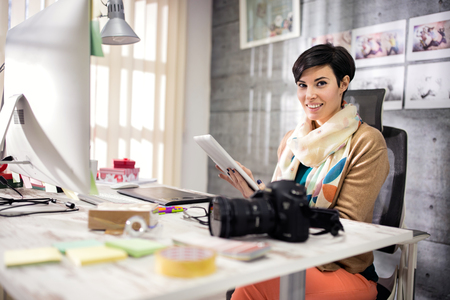 Bedrijfs vrouw in modern ingerichte atelier Stockfoto - 54016304