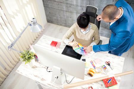 Jeune femme avec le client dans le studio de design