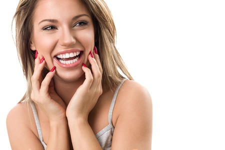 dientes: Joven y bella mujer riendo y mostrando sus dientes blancos y perfectos Foto de archivo