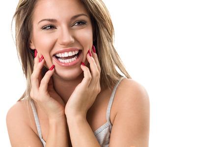 Krásná mladá žena se smát a ukazuje její dokonalé bílé zuby