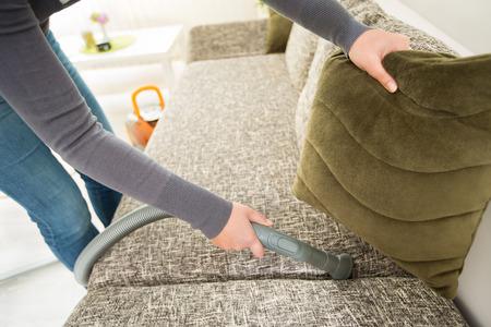 diligente: la mano diligente ama de casa de aspirar polvo con un aspirador