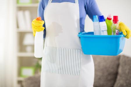 productos quimicos: Cierre de la ama de casa que sostiene echarse con productos químicos y pulverizador Foto de archivo
