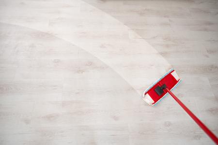 春の大掃除中に床を拭く