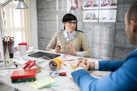 designer spreken met de klant in office