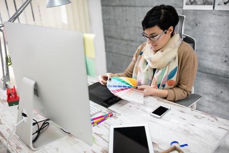 Ontwerper kies kleurenpalet voor werk in haar studio Stockfoto
